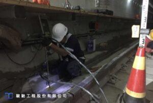 鑽孔時採用斜向微型鑽孔,鑽孔位置設置於排水溝及兩側維護通道為主。