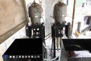 透過上端預留鑽孔中排出的空氣、積水搭配注入漿材數量
