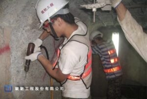 清除鬆脫及中性化混凝土時使用震動性較低的氣動式破碎機作業