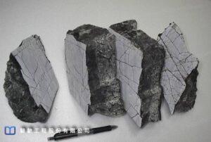 小於1mm的岩層節理面都完整充滿熱瀝青