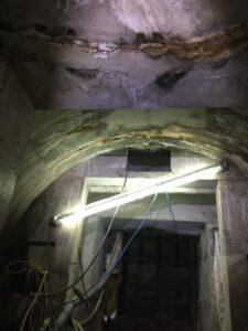 採用60度斜孔二度注漿,搭配聚氨酯樹脂漿材,進行止漏及封堵混凝土裂隙
